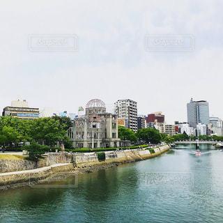 バック グラウンドで市と水体の写真・画像素材[742816]