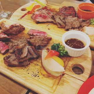 テーブルの上に食べ物のプレートの写真・画像素材[841905]