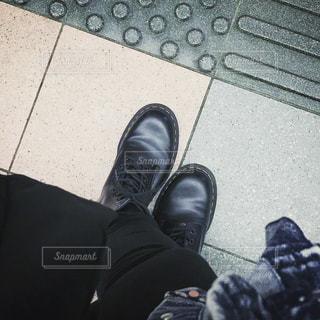 黒い靴を履いて足のペアの写真・画像素材[841908]