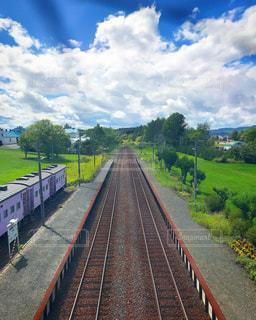 下り列車を走行する列車を追跡します。の写真・画像素材[1446665]