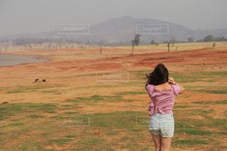 フィールドに凧の飛行少女の写真・画像素材[1234045]