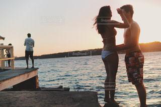 人と水の体の横に立っている女性の写真・画像素材[1234050]