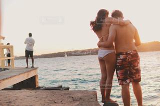 男と女がビーチに立っての写真・画像素材[1234051]