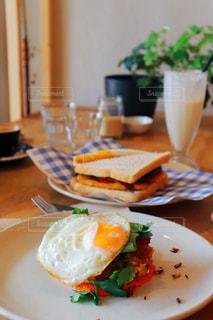 テーブルの上に食べ物のプレートの写真・画像素材[1234052]