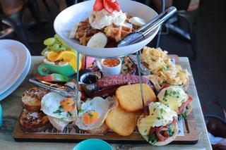 テーブルの上の皿の上に食べ物の束の写真・画像素材[1234138]