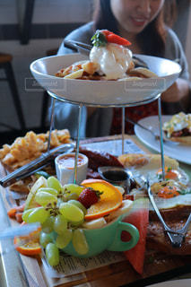 テーブルの上に食べ物のプレートの写真・画像素材[1234162]