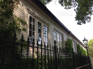 フェンスの隣の建物の写真・画像素材[901202]