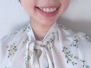 ワイヤー歯科矯正をしている女の人の写真・画像素材[3155698]