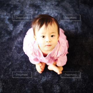 女の子の赤ん坊を保持の写真・画像素材[853917]