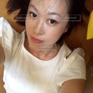 白いシャツの女の写真・画像素材[740091]