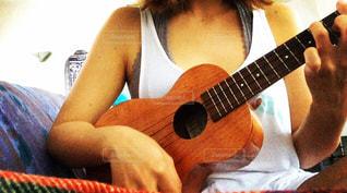 ギターを持っている人の写真・画像素材[756951]