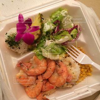 板の上に食べ物の種類でいっぱいのボックスの写真・画像素材[756955]
