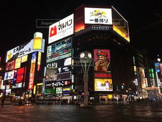 夜のライトアップされた街の写真・画像素材[756956]