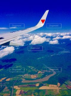 空を飛んでいる飛行機✈️の写真・画像素材[733317]