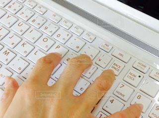 白いキーボードを持っている手の写真・画像素材[761009]