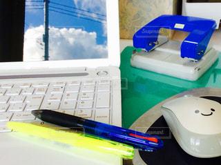 コンピューターのマウスとキーボードで机 - No.761011