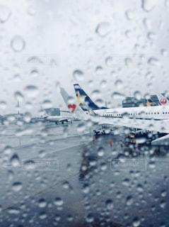 雨の中の飛行機 - No.810325