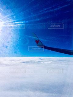 空を飛んでいる飛行機 - No.810328