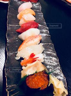 テーブルの上の寿司の写真・画像素材[857654]