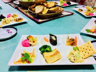 テーブルの上の皿の上に食べ物 - No.912878