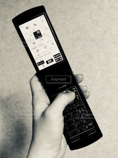 携帯電話を持つ手 - No.920662