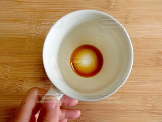 コーヒーを1杯持っている手の写真・画像素材[2172175]