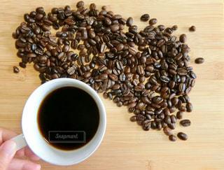 テーブルの上のコーヒー1杯の写真・画像素材[2172181]