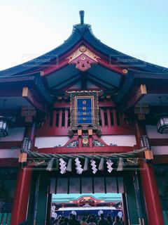 建物の前に大きな赤い椅子の写真・画像素材[1709703]