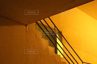 近くに黄色い壁のアップの写真・画像素材[1119284]