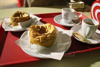 食品やコーヒー テーブルの上のカップのプレートの写真・画像素材[1119289]