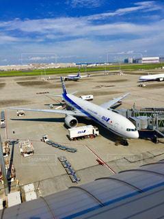空港で駐機場に止まっている飛行機 - No.717484