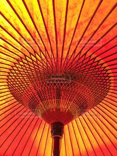 大きな赤い傘の写真・画像素材[717609]