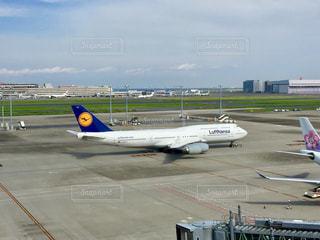 空港の滑走路の上に座って、飛行機 - No.723383