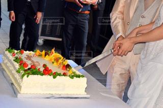 ケーキを切っている人のカップルの写真・画像素材[762328]