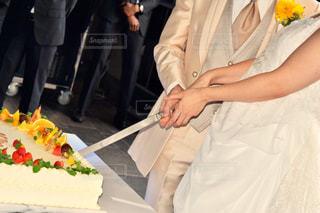 ウエディング ケーキを切る女性の写真・画像素材[762329]