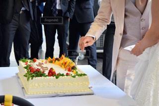 ケーキのカッティング ボードの上に立って人々 のグループの写真・画像素材[762330]