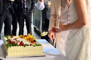 自分の結婚式のケーキを切るカップルの写真・画像素材[762331]