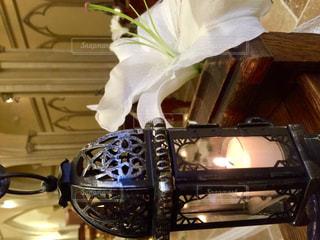 テーブルの上の花の花瓶の写真・画像素材[763755]