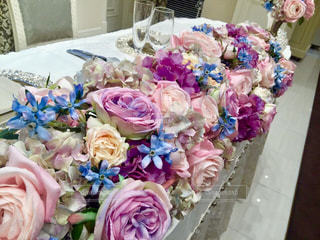 テーブルの上のピンクの花のグループの写真・画像素材[763769]