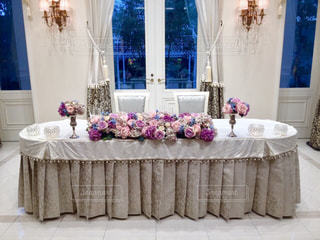 ウィンドウの横に座っている白い大皿の写真・画像素材[763770]