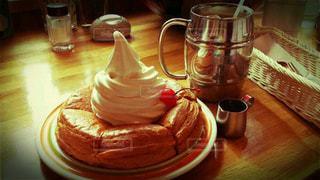 近くのテーブルの上に食べ物をの写真・画像素材[775931]