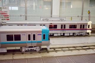 電車は建物の脇に駐車します。 - No.775943