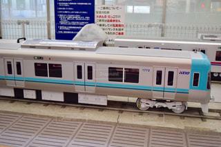 電車は建物の脇に駐車します。の写真・画像素材[775944]