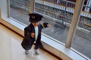 建物の前に立っている少年の写真・画像素材[790922]