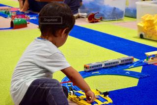 プラレールで遊んでいる男の子の写真・画像素材[790927]