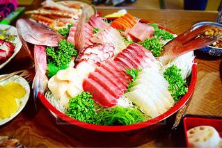 テーブルの上に食べ物の種類で満たされたボウルの写真・画像素材[986522]