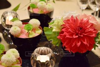 近くにテーブルの上の花の花瓶のアップ - No.1020684