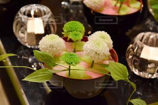 紫色の花一杯の花瓶の写真・画像素材[1020685]