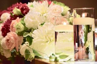 テーブルの上の花の花束の写真・画像素材[1020686]