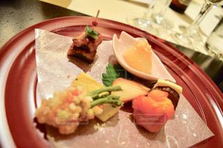 テーブルの上に食べ物のプレートの写真・画像素材[1020687]